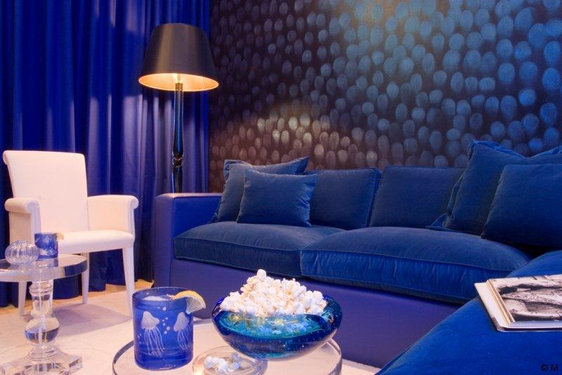 Кроме того, интерьер, полностью выполненный в синем цвете, зрительно