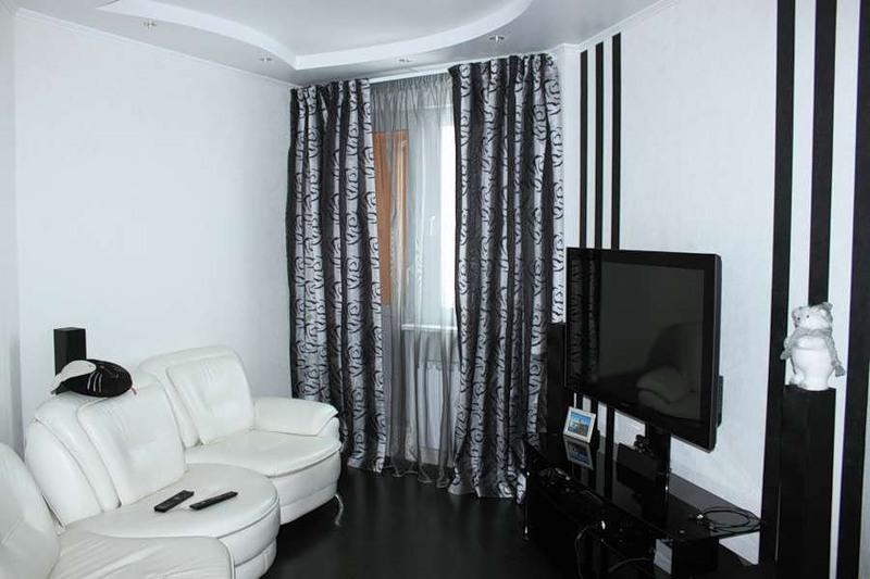 современная угловая гостиная с полкой под телевизор